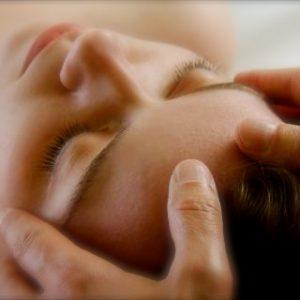 Therapeut behandelt mit Craniosacralen Therapie bzw. Cranio-Sacrale Osteopathie